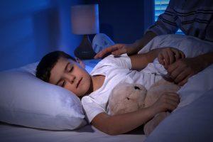 enfant entrain de dormir