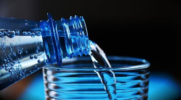 Carafe filtrante et eau en bouteille, laquelle d'entre elles choisir ?