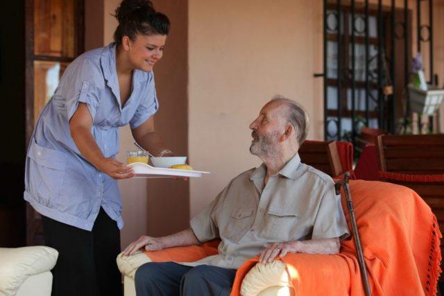 Que choisir entre aide à domicile et maison de retraite ?