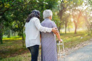 convaincre les personnes âgées de rester chez elles